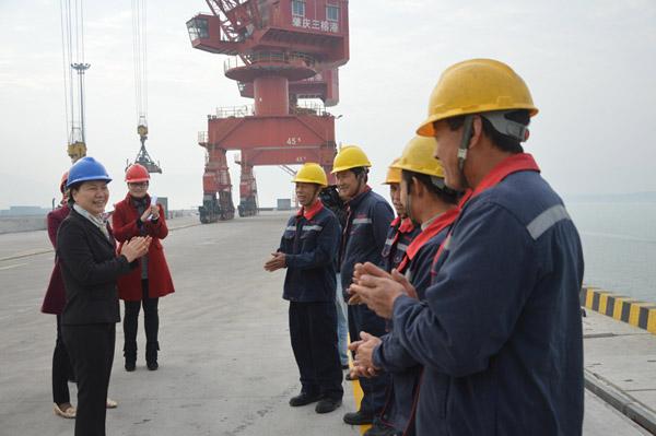 肇慶市副市長陳宣群到港口慰問送溫暖